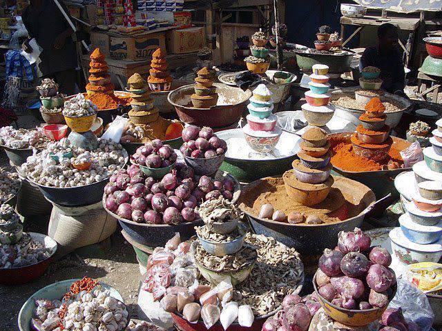 Article de consommation dans un marché africain. ( Photo DR)