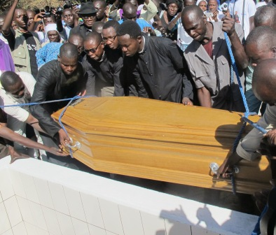 Mise en terre de l'archevêque de N'Djamena (photo Brya)