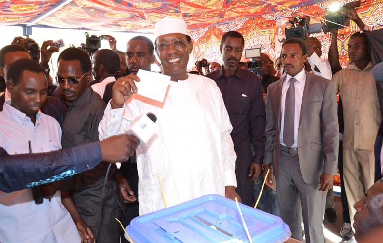 IDI brandissant son vote pour sa réélection à la magistrature suprème pour le Tchad de l'après 2016