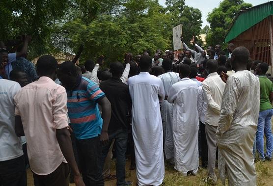 Assemblée des étudiants après la publication du décret supprimant la bourse