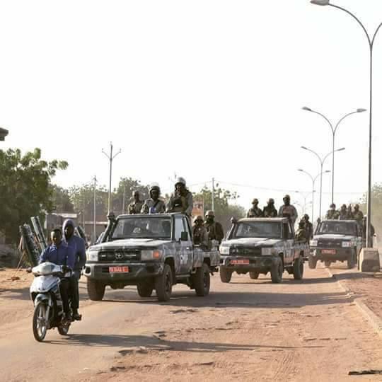 vue d'un cortège de la police dans la ville de N'Djaména. ils sont postés dans toutes les grandes rues, prêts à poursuivre les manifestants