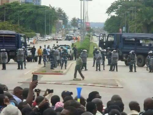 la police en train de disperser les manifestants dans la capitale